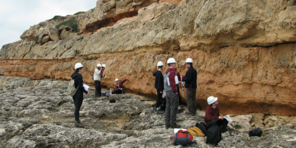 A group of students participate in fieldwork in a rocky scene in Mallorca